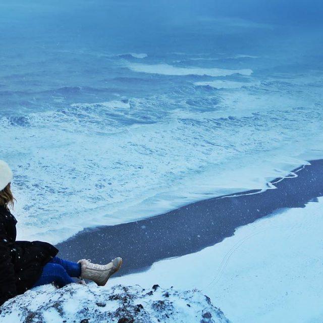 Bir film sahnesi yaratalm! Bembeyaz karla kaplanm siyah kumsal hrnhellip